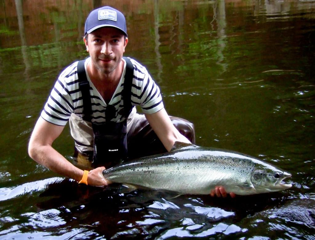 Jonke Höglund med Majlax från sitt hemmavatten, Mörrumsån