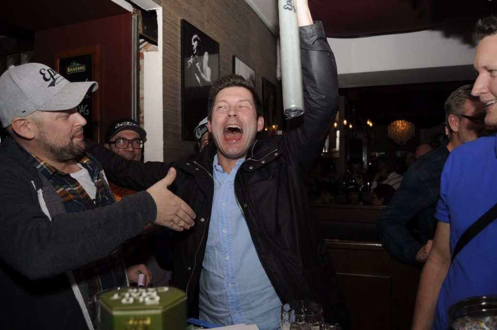 Hank gratulerar som visar sin glädje efter att ha vunnit ett spö från Epic Flyrods