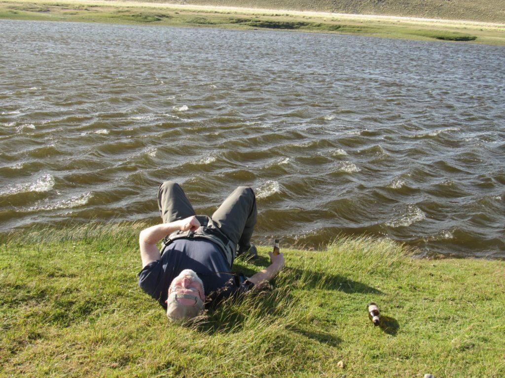 Frank passar på att gotta sig lite extra efter att ha landat en fin fisk
