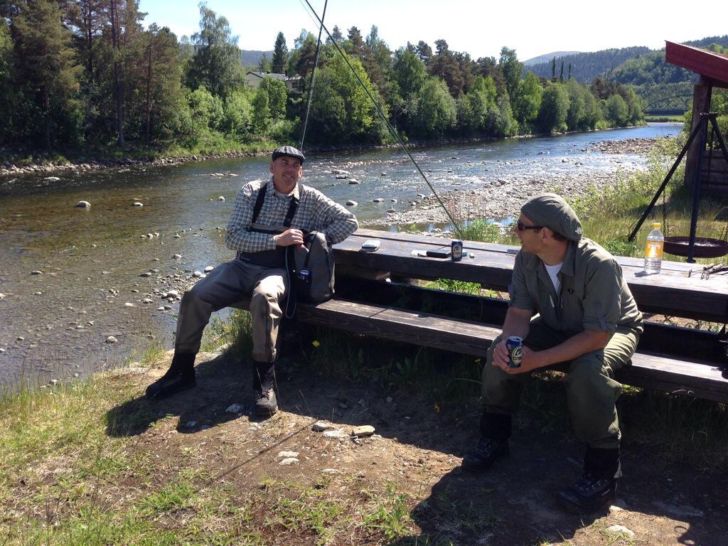 Keno och Maza tar ett break i finvädret på Resosen