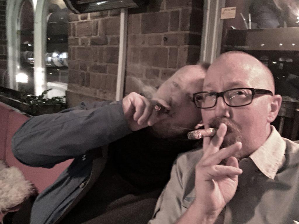 Bästa Marcus Hermansson-Thorvald och jag avnjuter varsin Cohiba på uteserveringen