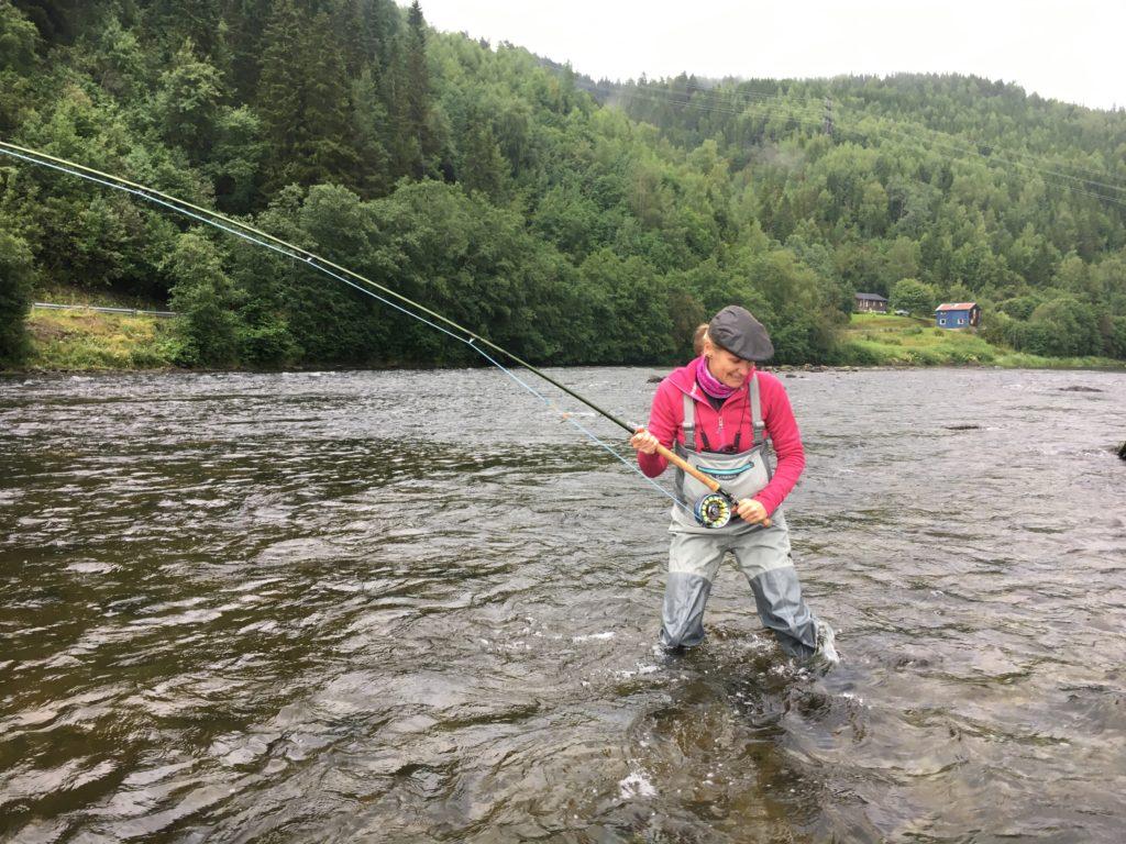 Karin drillar fisk första halvtimman, tyvärr lossade den blanka laxen efter några minuter